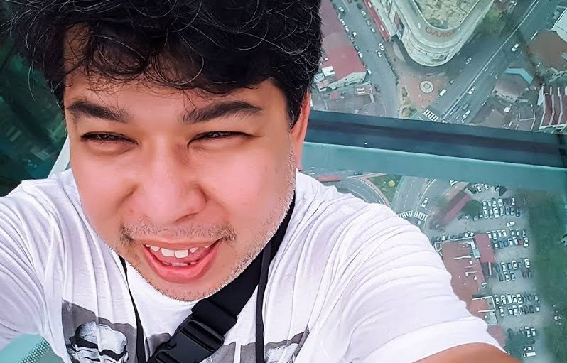 Selfie at the Rainbow Skywalk, Komtar Penang. Facebook pic.